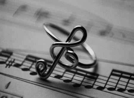 La musica ti salva mentre affoghi nei ricordi, ha sempre una nota che ti pesca quando resti senza fiato.©