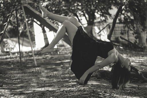 semplicità women-1884416__340